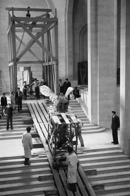 Return of the 'Winged Victory' at the Louvre, after the war in 1945.