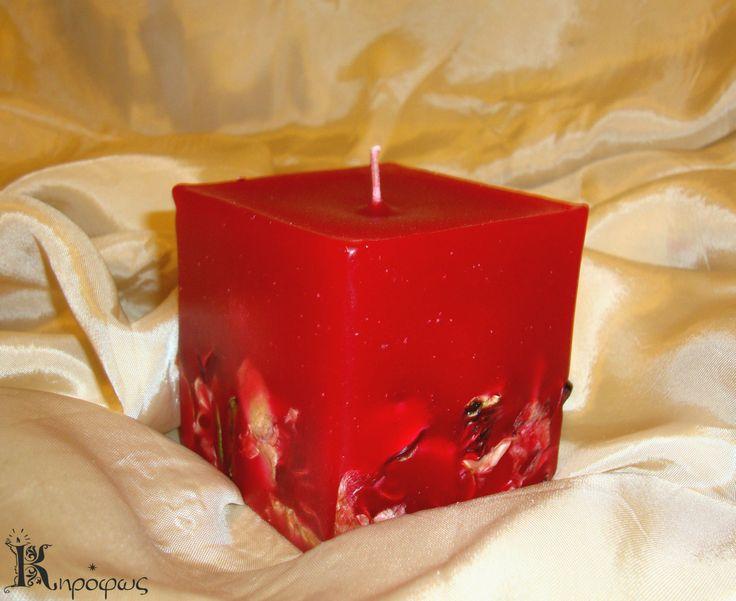 Κόκκινο μικρό τετράγωνο κερί με αποξηραμένα λουλούδια και άρωμα αχλάδι.