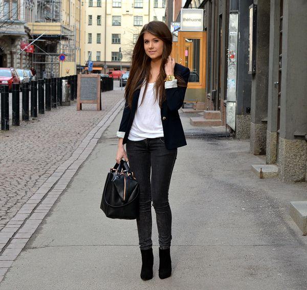 Black blazer, black skinnies. (Mariannan, fashion blogger)
