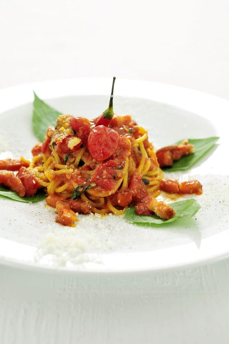 Bereiden: Maak de pasta: Leg de semola rimacinata in een kring en schep de eieren er voorzichtig door. Kneed met beide handen tot een balletje. Wikkel het deeg in folie en laat ca. 30 minuten rusten in de koelkast. Halveer het deeg en rol uit met de deegrol. Haal door de pastamachine.