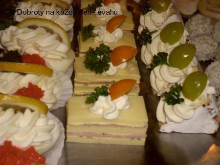 Sýrové a různé jednohubky, obložené mísy.