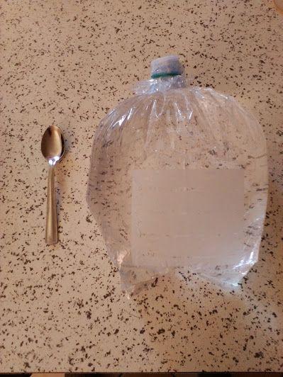 Borraccia di acqua con buste per congelatore