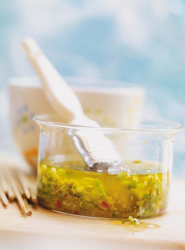 Recette de marinade japonaise. Ingrédients de la recette: sauce soya, huile d'arachide, huile de sésame grillé, vinaigre de riz, miel, gingembre, ail.