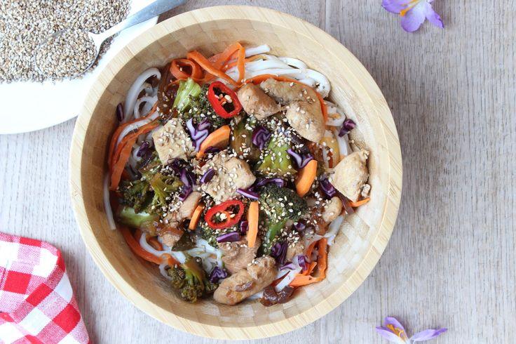 Recept voor onwijs lekkere noodles met kip, broccoli, wortel en sesamzaad. Glutenvrij recept met lekker veel groente voor het hele gezin op eethetbeter.nl!