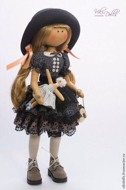 Купить или заказать Кукла-Тильда Черный Лебедь в интернет-магазине на Ярмарке Мастеров. Стильная кукла дополнит вашу коллекцию авторских игрушек:)) Дебютная кукла Викидоллс, выполненная в тираже. У куклы подвижны руки и ноги, ножки сгибаются. Кукла самостоятельно стоит. Обувь, шляпка снимаются, игрушка и сумочка не зафиксированы в руках. Шляпка Алисы МИР Фото работы выполнено: ЭГО студия ( www.livemaster.