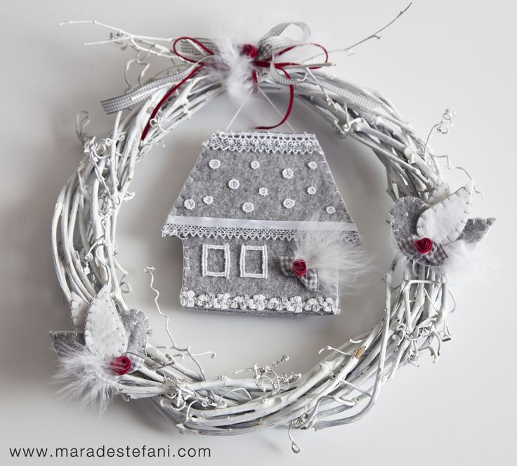 "Christmas Idea | White wreath decorated with a little house and birds made of felt - from the book ""Aspettando Natale - doni, dolci, decorazioni""  http://www.terra-ferma.it/Products/383/43/Aspettando-Natale.html"