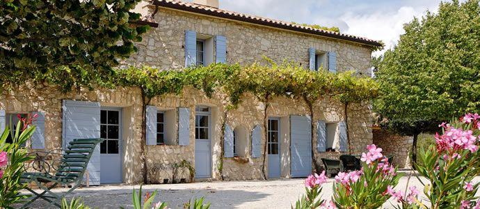 maison française de campagne typique du Sud (Mas de Cazeneuve )  French typical countryhouse in the south of France .
