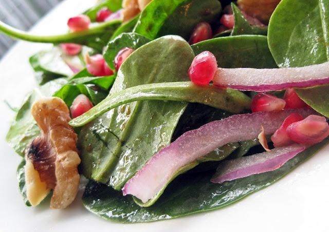 Spinach pomegranate salad with honey balsamic vinaigretteBeautiful Balsamic, Spinach Salad, Simplest Honey, Spinach Pomegranates, Honey Balsamic, Balsamic Vinaigrette, Dresses Hit, Pomegranates Aril, Pomegranates Salad