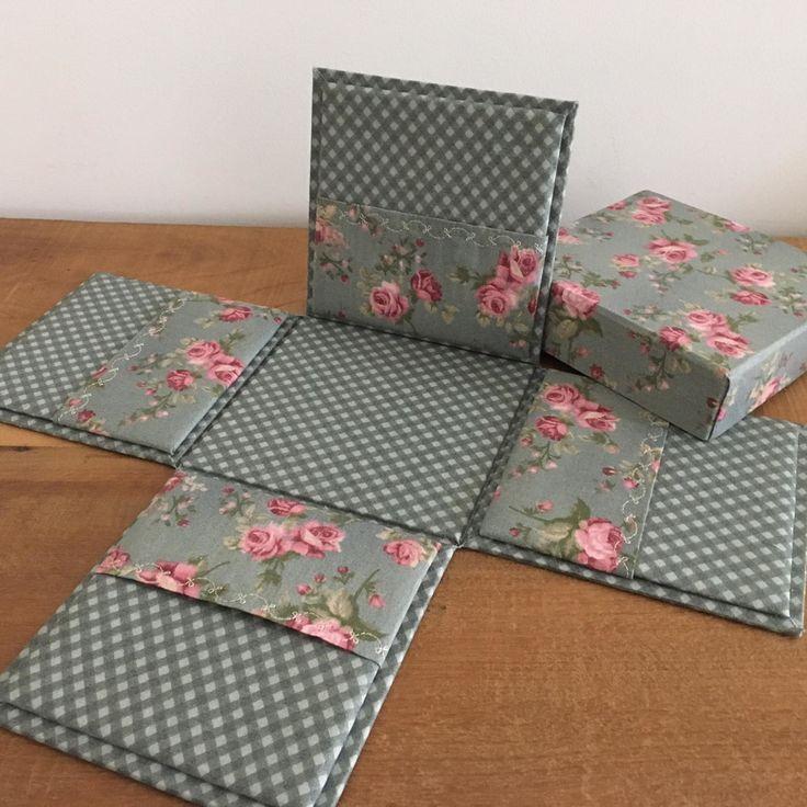 Caixa surpresa para acomodar uma caneca e um kit para o café da manhã, com por exemplo envelopes de chá, café, biscoitos e etc...