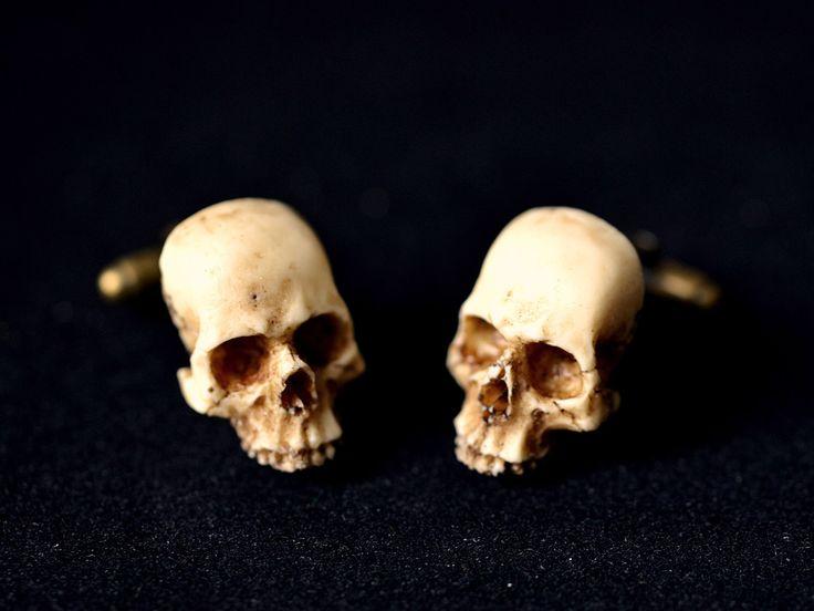 Victorian Skull Cufflinks - Scary Hand made resin skull cuff links de GothChicAccessories en Etsy https://www.etsy.com/es/listing/152449218/victorian-skull-cufflinks-scary-hand