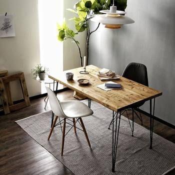 こちらは先ほどご紹介したイームズチェアを使用したインテリア。 アイアン脚とウッド脚を使用したチェアを使用していますね。  テーブルは無骨な一枚板にアイアン脚でかなり男前な雰囲気。 アイアン脚や天板はDIYストアで販売されていますので、お部屋の広さに合わせて自分で作ってみても楽しそうです♪
