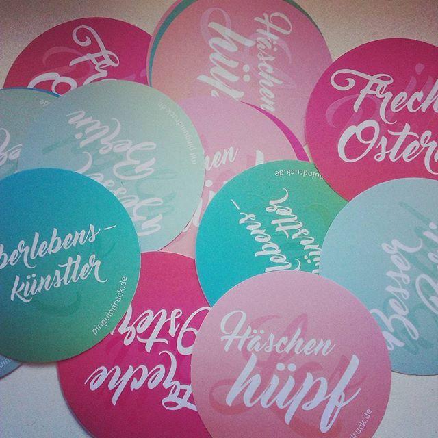 Freche Ostern und besser Berlin! Neue #Aufkleber von #Pinguindruck mit UV-Lack-Veredelung ab jetzt in der Warenausgabe.  #Druckerei #Berlin #Ostern #uvlack #veredelung #spotlack #rundesticker