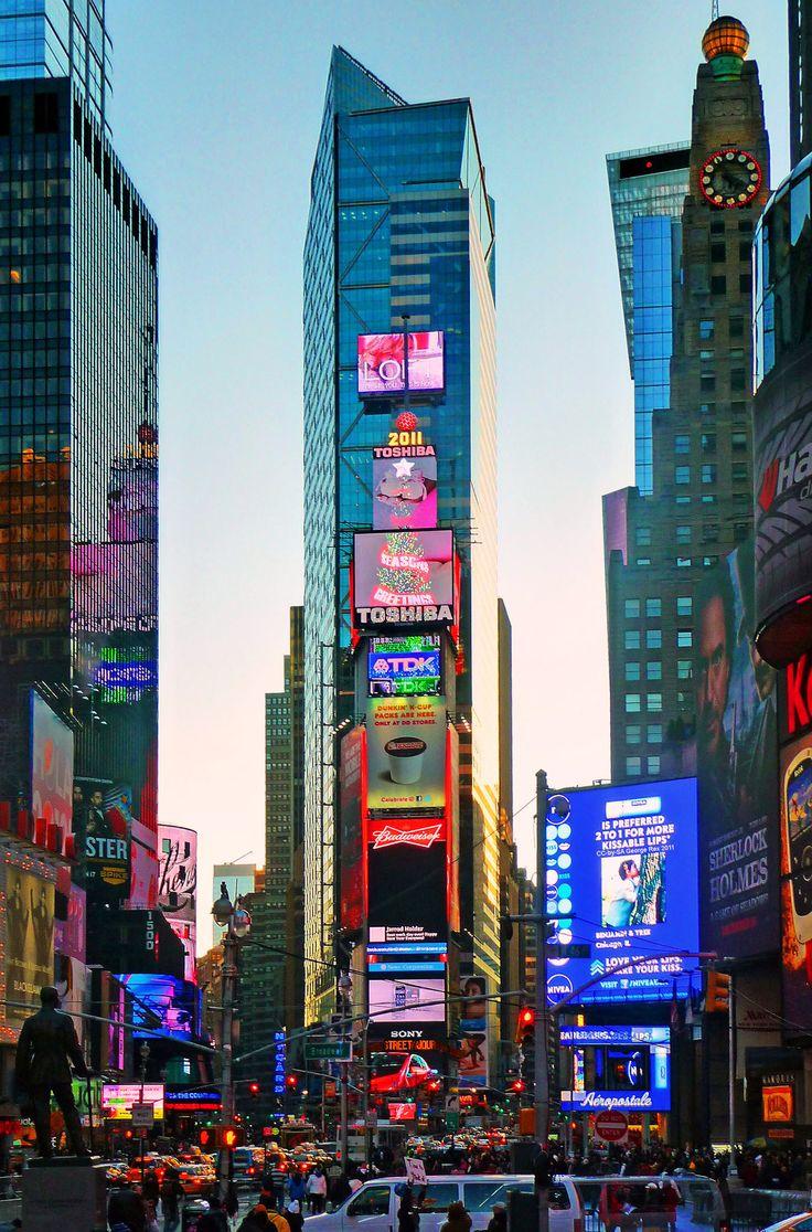 Times Square Une ville de lumière, Manhattan Mid town au centre de New York. Espaces gigantesques, immeubles interminables traduisant la puissance américaine. Cette rue particulièrement représentative de ce que l'on pense des États Unis mais tellement unique en son genre. Les USA sont plusieurs pays, plusieurs modes de vie, une multitude de paysage et une même personne