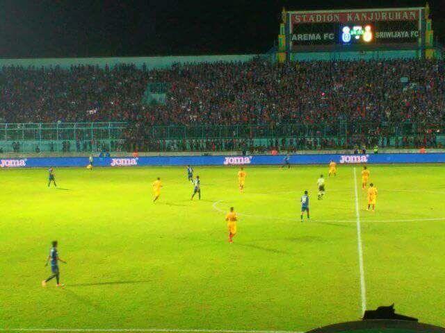 Arema FC Bungkam Sriwijaya FC 3-2 https://malangtoday.net/wp-content/uploads/2017/07/arema-fc-vs-sriwijaya-fc-akhir.jpg MALANGTODAY.NET– Bermain di hadapan puluhan ribu Aremania yang hadir di Stadion Kanjuruhan Kepanjen, Arema FC berhasil mengamankan tiga poin atas tamunya Sriwijaya FC. Memasuki awal babak kedua, baik Arema FC maupun Sriwijaya FC tidak melakukan perubahan komposisi pemain. Namun, pada... https://malangtoday.net/malang-raya/arema/arema-fc-bungkam-sriwi