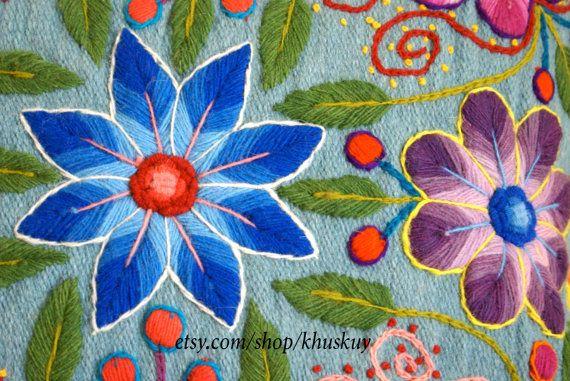 Levendige, kleurrijke bloemen pop prachtig van de achtergrond van onze hand geborduurd kussen dekking. Onze pilllows zijn eerste geweven op een traditioneel weefgetouw met schapenwol en later versierd met mooie geborduurde bloemen gemaakt van alpaca wol. Een speelse haak trim geeft dit kussen de perfecte afwerking.  U zult genieten van de kleuren en texturen die dit dekt zal brengen bij u thuis :)  Een back-ritssluiting. Maatregelen 16 van x 16 Kleur lichtblauw  1 kussenslopen opgenomen…