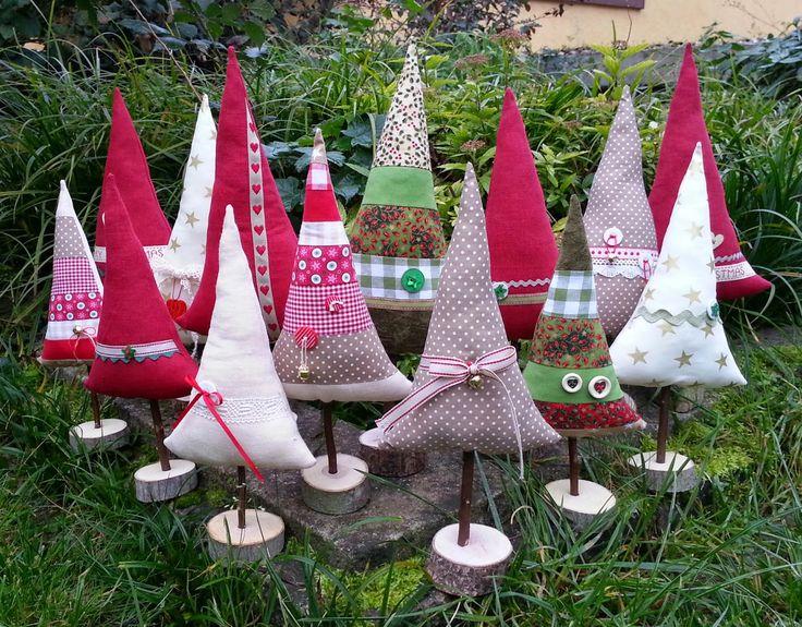 .....und weiter gehts mit den Vorbereitungen für den Weihnachtsmarkt!!!      Genäht habe ich jede Menge Tannenbäume, größere und kleinere, b...