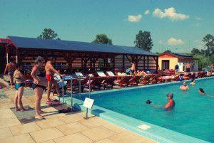 Bihorul este fără doar şi poate tărâmul apelor termale. La mai puţin de 40 de kilometri de Oradea, în localitatea Sarcău a fost descoperită o baltă cu apă termală sărată, apă a cărei compoziţie este unică în România.
