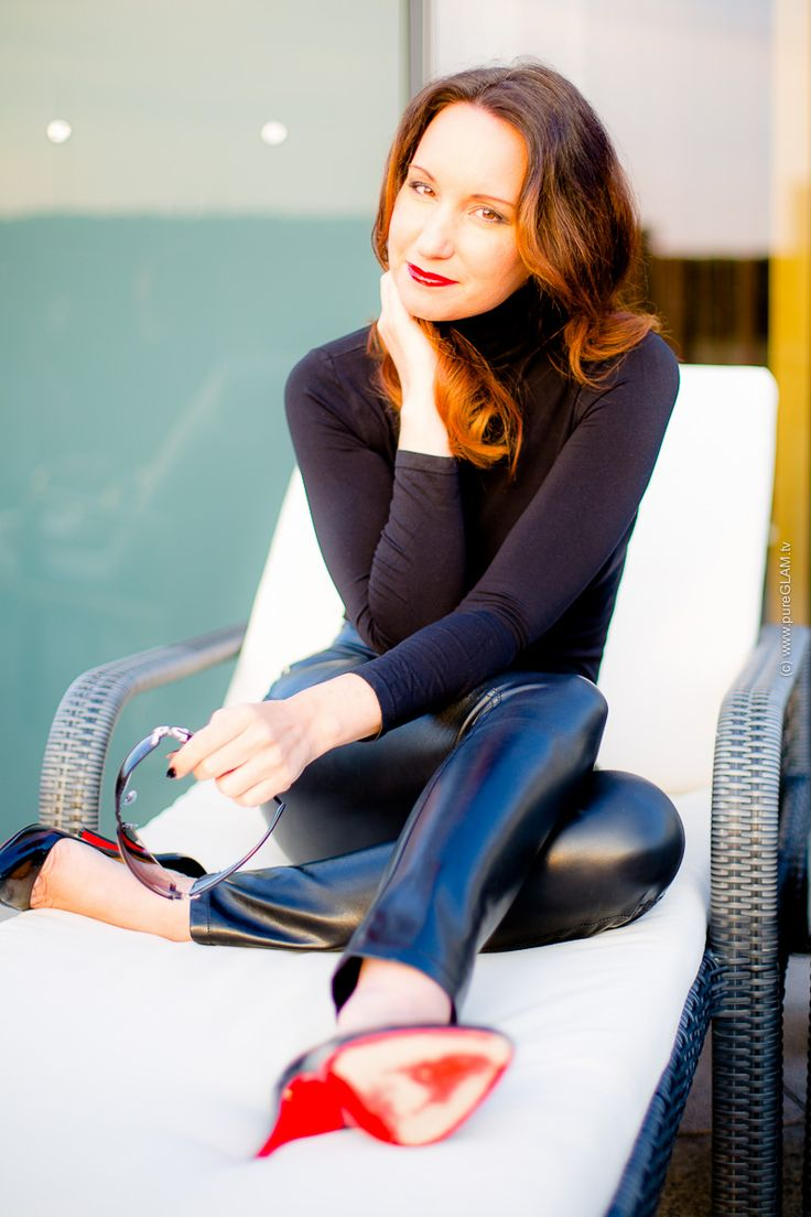 Fashionblogger - Lederhose - Louboutin High-Heels - Wolford-Nylon Top - lange Haare - rote Lippen - Fashionblog Köln - Modebloggerin - Styling - OOTD - LOOKBOOK