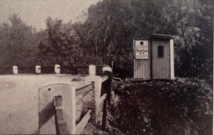 Am 22.Mai 1930 wurden die 15 vom ADAC auf der Strecke München -Oberammergau-Garmisch aufgestellten Telefonhäuschen der Öffentlichkeit vorgestellt. In diesen elfenbeinfarbenen Häuschen, die zunächst nur für Mitglieder mittels Schlüssels zugänglich waren, befanden sich ein Telefon, ein Verbandskasten, mehrsprachige Anleitungen zur ersten Hilfeleistung und Informationen zur Behebung von Motorschäden. Die Idee setzte sich durch und führte zur flächendeckenden Versorgung mit Notrufsäulen.