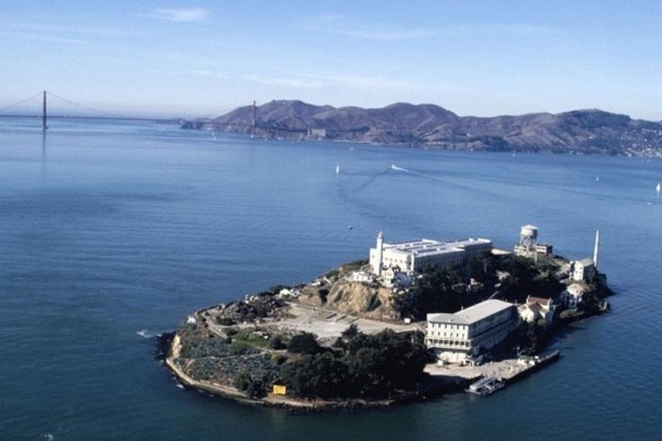 Alcatraz - EUA: No meio da baía de São Francisco, a prisão mais famosa do mundo está desativada desde 1968. Apesar de ter abrigado um dos mais perigosos mafiosos da história, o Al Capone, o que assusta hoje são os inexplicáveis barulhos da porta de cela batendo, passos e gritos que são ouvidos pelos visitantes.