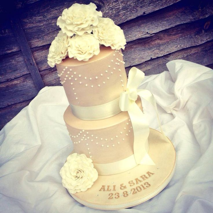 Ivory and Champagne Wedding Cake | Ivory, Champagne and roses wedding cake