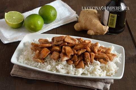 Il pollo alla salsa di soia è un piatto stuzzicante e gustoso. Ho preparato una salsa a base di soia, miele, zenzero e lime.
