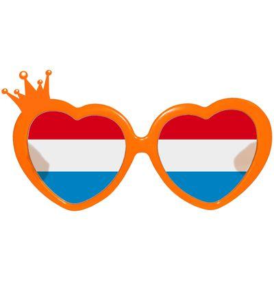 Oranje bril met hartjes montuur voor dames. Oranje feestbril met hartvormige glazen in de kleuren rood, wit en blauw. Het hartvormige montuur van de Nederlandse bril is oranje en heeft aan de rechter bovenkant een kroontje.