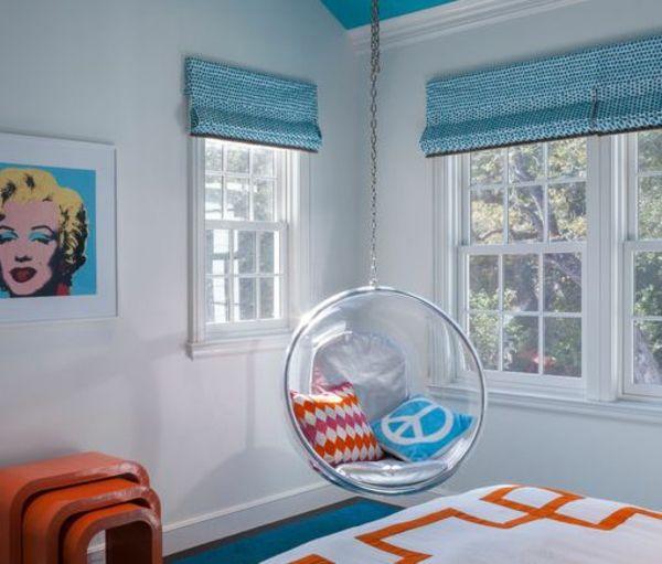 Jugendzimmer gestalten – 100 faszinierende Ideen - jugendzimmer gestalten mit blauem hängesessel aus glas dekokissen