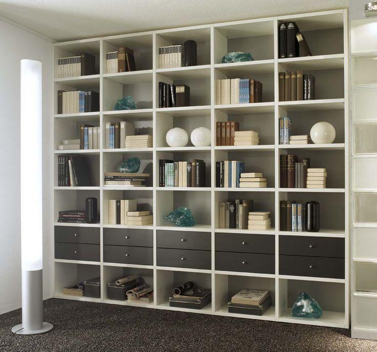 Praktische boekenkast op maat; geheel zelf ontwerpen. Bepaal zelf de indeling en materialen. Bekijk alle mogelijkheden op http://www.comfortinstijl.nl/boekenkast-op-maat/ #boekenkast #woonkamer