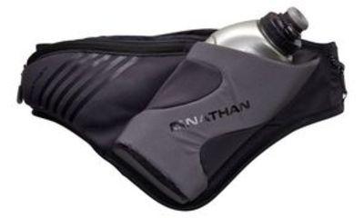 De Peak Blacklight van Nathan is een lichtgewicht heuptas met bidonhouder gemaakt van speciaal - zwart - reflecterend materiaal. De Peak heuptas blijft tijdens het hardlopen goed zitten en heeft een geïsoleerde drinkfleshouder. Door de diagonale stand van de houder kun je altijd makkelijk bij de bidon.De Peak Blacklight is voorzien van:zeer goed reflecterende stof535 mL SpeedDraw bidon met Push-Pull dopuitbreidbaar stretch-vak met rits voor accessoires zoals telefoon en sleutels (inhoud: ...