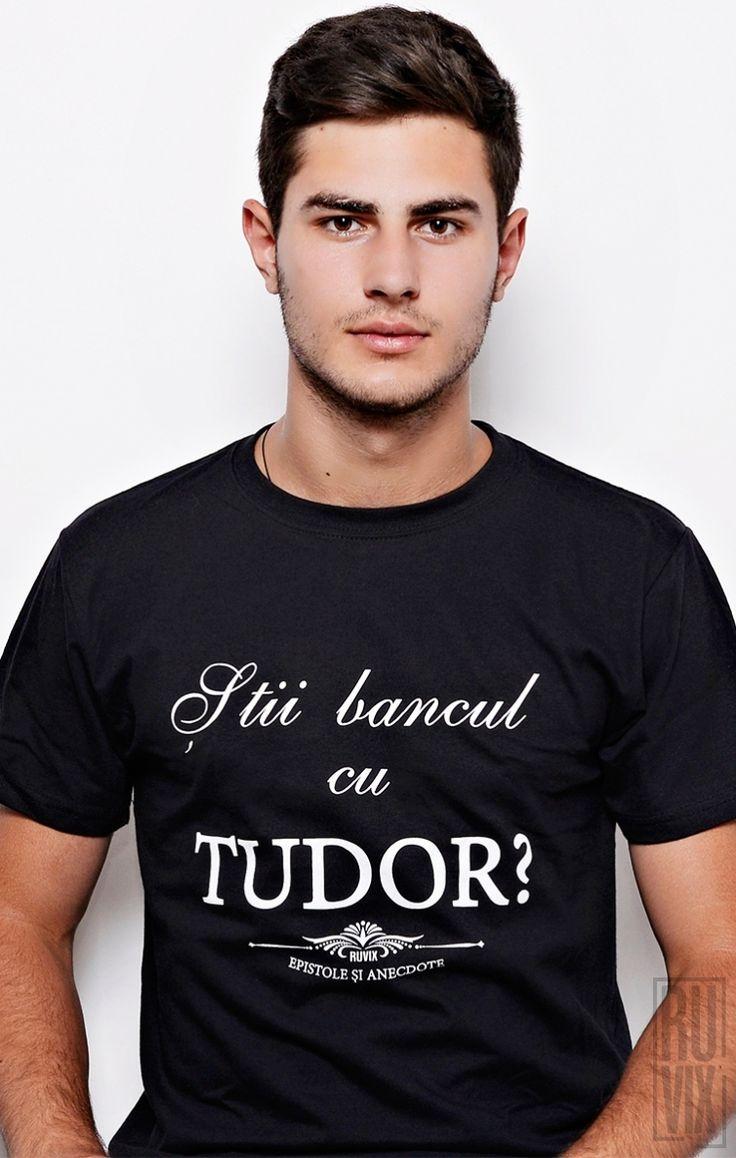 """Tricourile din colecția """"Epistole și Anecdote"""" au un design simplu și curat, fiind o invitație la discuție și bună dispoziție. Ele pun zâmbetul pe față atât celui care le poartă cât și celor din jur. Tu știi bancul cu Tudor?"""