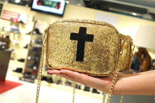 •GIO CELLINI• Dettagli che fanno la differenza   Scopri la tracollina in Glitter qui > http://goo.gl/A6EX8g   #giocellini #borsa #donna #tracolla #woman #gold #croce #bags
