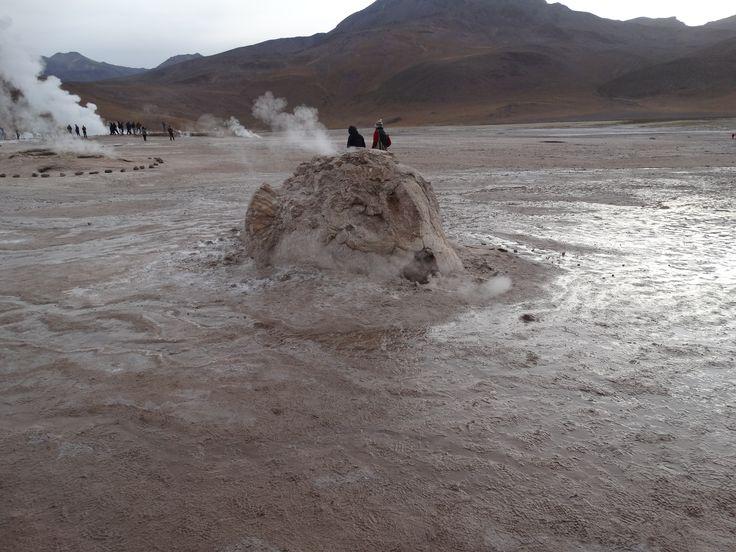 El Tatio bei San Pedro de Atacama - dieser Krater besteht aus dem Spritzgestein Geyserit.