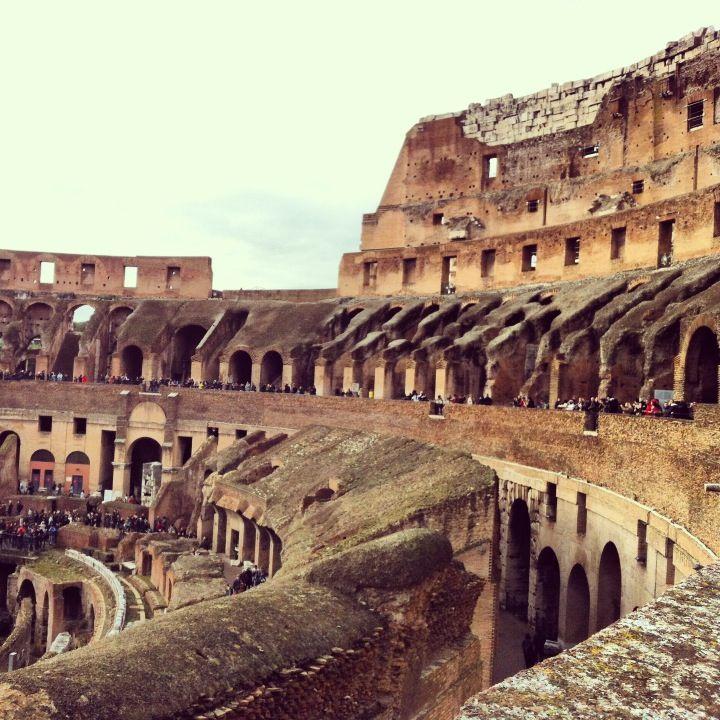 Kolizejs, celts un sākotnēji pazīstams kā Flāvija amfiteātris, ir eliptisks amfiteātris Itālijas galvaspilsētas Romas centrā un ir vislielākais Romas impērijas laika amfiteātris. Kolizejā bija vietas 50 000 skatītājiem.