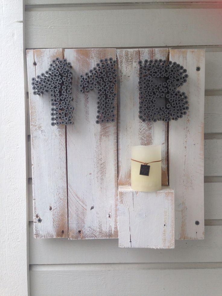 Husnummerskilt laget av pallerester og skruer. Housenumbersign made out of screws and old pallets.