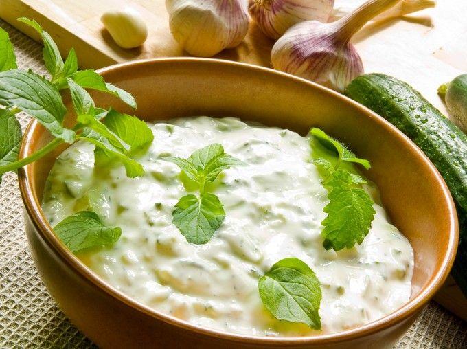 Вкусный соус на основе сметаны для курицы или мяса-гриль. Хорошо подойдет к шашлыкам или в качестве дипа для овощей.  Ингредиенты:Сметана 21% — 400 грОгурцы — 3 штМята — 1 большой пучокЧеснок — 3–4 з…