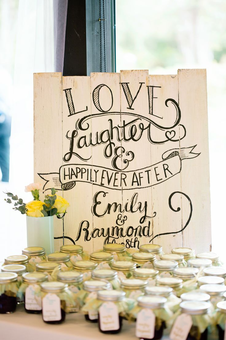 wooden pallet wedding #sign @weddingchicks