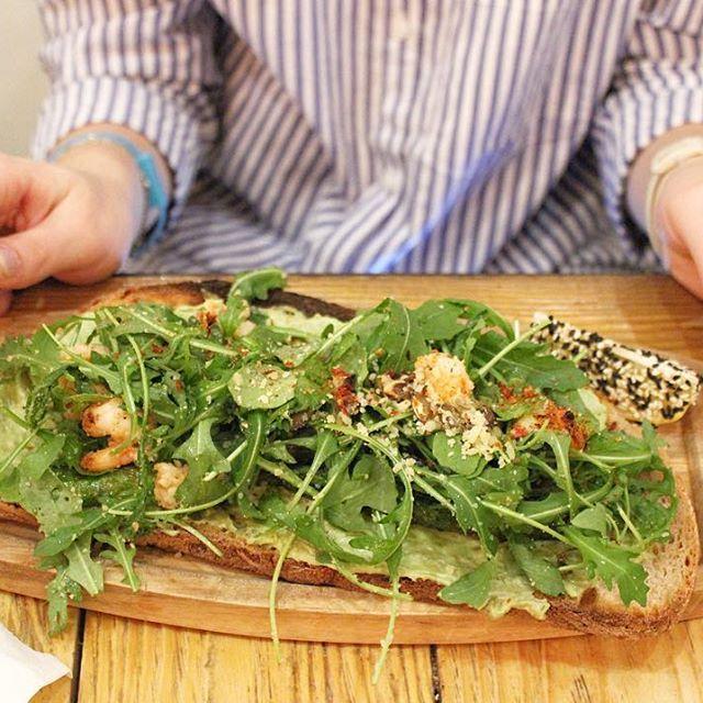 Пятница - это значит, что сегодня топ кафешек от Стю со вкусной пиццей ♥️  🍕 @dodopizza - не могу заставить вас верить мне беспрекословно, но они готовят лучшую пиццу в мире 😍  🍕 @babettacafe - вкусная пицца, особенно, если кушать ее со смузи 😻  🍕 @ilpatio на кузнецком мосту - самое любимое кафе сети или патио с хорошей пиццей 😇  🍕 @cafe_mipiace - очень вкусно готовят пепперони, честно вам говорю, в других местах пепперони я просто не ем 🙈  🍕 @rukolapizzabistro на Старом Арбате…
