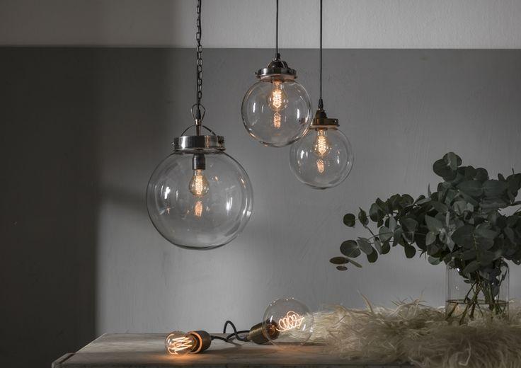 INDUSTRIELAMPE BRETAGNE MIT KETTE BRETAGNE ist eine Lampe in Form von Glaskugel mit silber Metalelementen. Diese Lampe ist perfekt für Dielebeleuchtung oder andere große Räume. Diese Lampe wertet jeden Raum auf. Merkmale: Durchmesser: 30 cm Höhe: 36 cm Birne: E27 max 40W