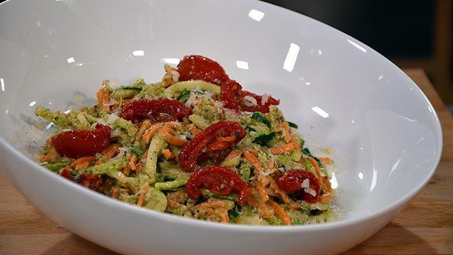 Wortel- en courgette-spaghetti met walnoten-peterseliepesto - recept | 24Kitchen