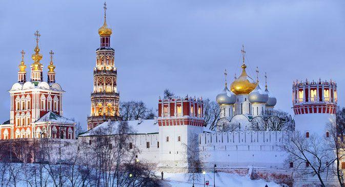 Perbedaan utama dari gereja Ortodoks yang terlihat dari luar — jika dibandingkan dengan gereja Katolik — adalah bentuk atap gereja yang berupa kubah, seperti masjid (perpaduan bentuk bawang dan helm). Sumber: Lori / Legion-Media