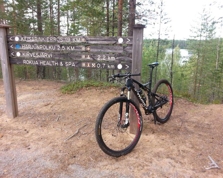 Reitin merkkausta Rokualla. Rokua MTB maastopyöräilytapahtuma, Rokua Health & Spa Hotel, Suomi Finland.