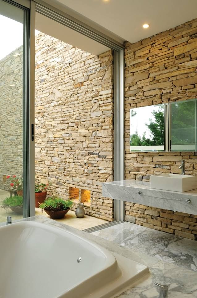 Este es el ba o de la suite principal de la casa agua del for Decoracion de casas con piedras