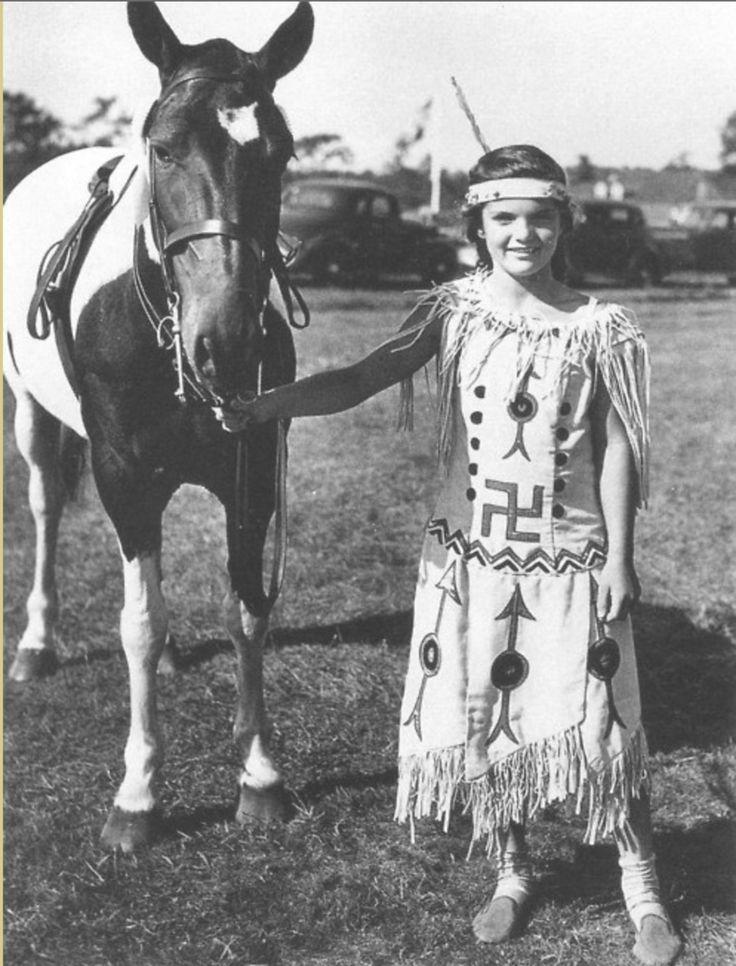 Детская фотография Жаклин Бувье, будущей жены американского президента Дж. Кеннеди, в платье индейцев Навахо.