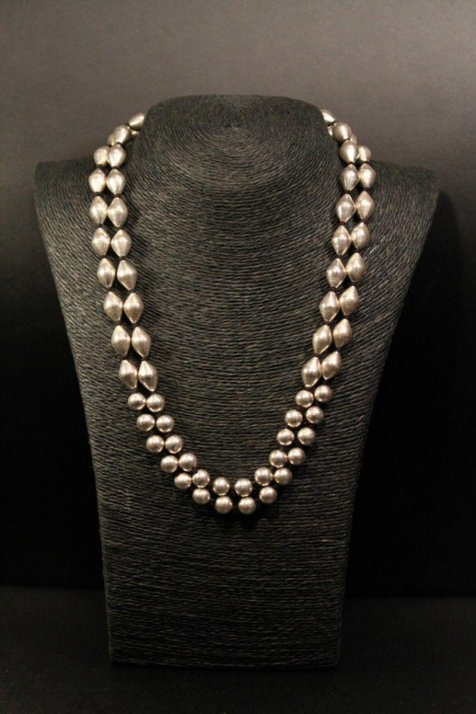 Collar AMAPOLA Collar de cordón negro con dos líneas de bolas de plata redondas con un diámetro de 10 milímetros  y  piezas romboidales de 1 centímetro de largo por 10 milímetros de deiametro.  Cierre de nudo corredizo lo que hace que se pueda usar corto ó largo.