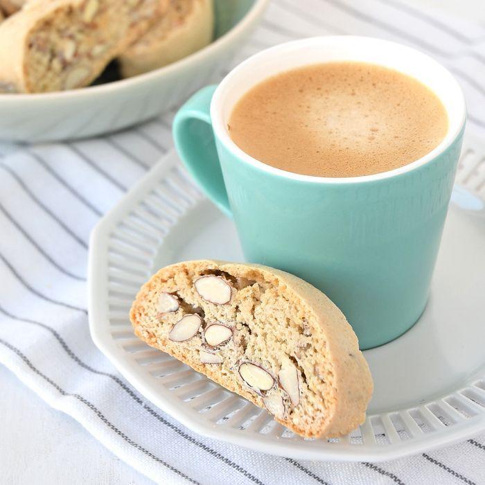 Cantuccini zijn Italiaanse koekjes die twee keer worden gebakken. Eerst als een rol deeg die in plakjes wordt gesneden. Dan gaan ze nogmaals de oven in.