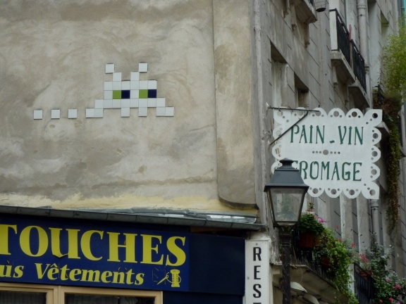 Space Invader - Street Art Paris http://bit.ly/Hi5utw