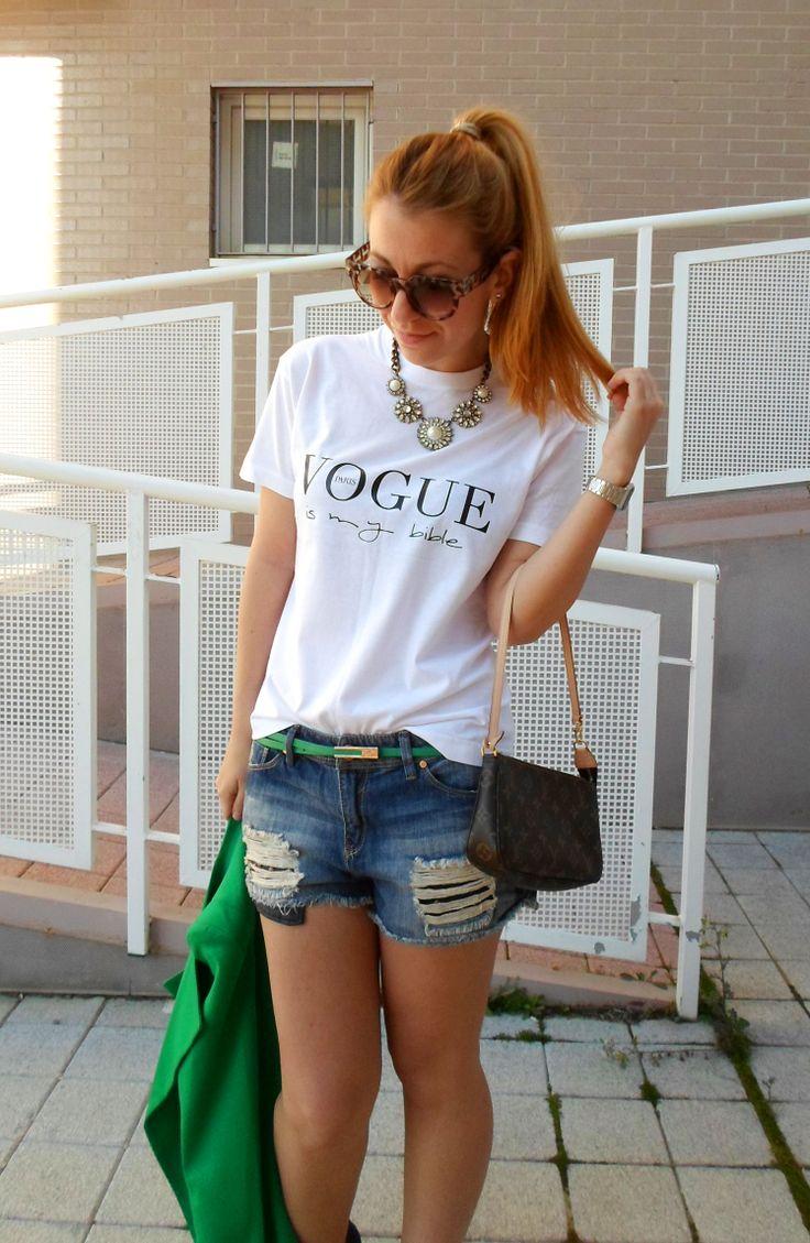 """Patricia, la blogger de Cashmeremafia combina su camiseta """"VOGUE is my bible"""" de nuestra nueva cole SS14 """"Love Graphics"""" con short denim y toques verdes...NOS ENCANTA!!!!!!!!! Consiguela aqui: http://www.bellechic.es/product.php?id_product=127"""