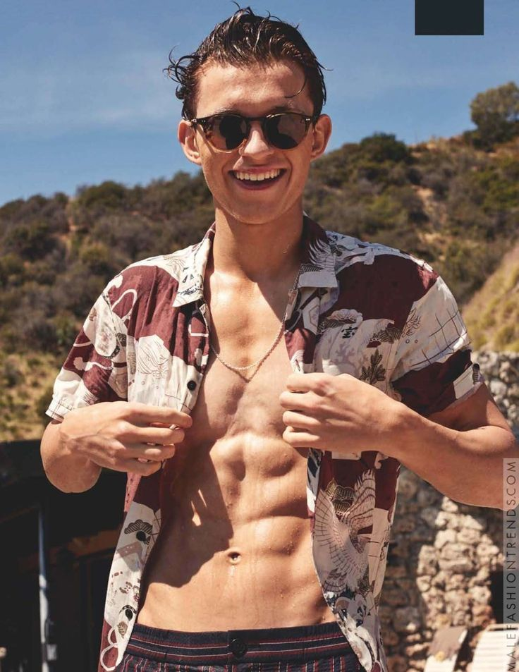 Tom Holland se relaja en verano con prints coloridos para British GQ