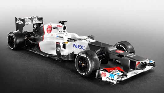 """Sauber C31 ザウバーの2012年F1マシン「C31」。フェラーリ製のエンジンとギアボックスを搭載するザウバー C31は、リアサスペンションにプルロッド式を導入。リアのボディワークは低く絞り込まれた。また、かなり激しい""""段差ノーズ""""も特徴的だ。   ザウバー C31はこれまでとは異なるカラーリングを採用。これまで主にサイドポンツーンに使用されていたグラファイトカラーがフロントとリアに配色された。"""